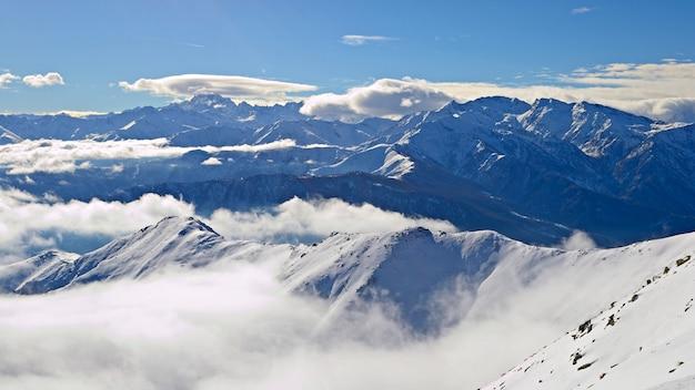 Заснеженный горный пейзаж зима на альпах Premium Фотографии