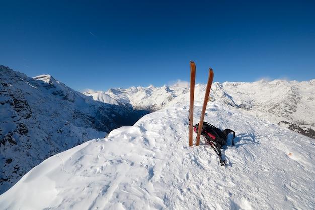 Горнолыжный тур, оборудование на снегу, зима на альпах Premium Фотографии