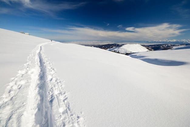 雪とイタリアのアルプスの冬の風光明媚な風景。 Premium写真