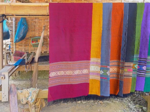 伝統的な装飾生地を使用したカラフルな手作りスカーフ。 Premium写真