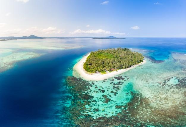 Вид с воздуха острова баняк суматра тропический архипелаг индонезия Premium Фотографии