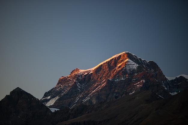 ロッキーマウンテンピーク、尾根、谷、日没のアルプス。 Premium写真
