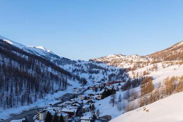 上からセストリエレスキーリゾートのパノラマビュー、アルプス、ピエモンテ、イタリアの有名な旅行の運命。 Premium写真