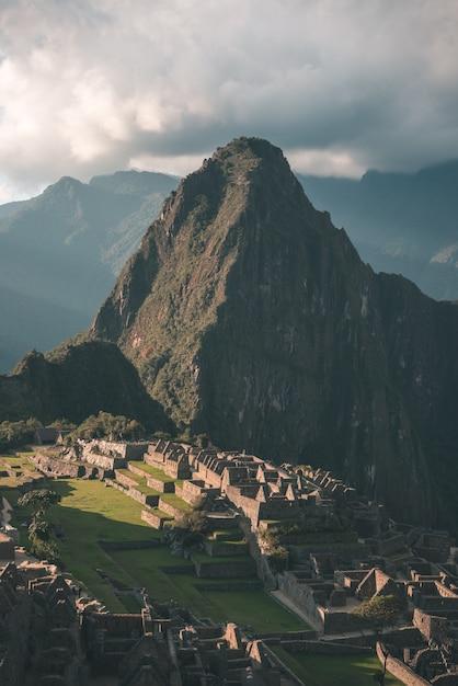 上から山の尾根ビューにマチュピチュ Premium写真