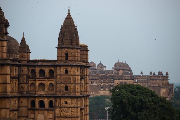 オーチャ宮殿、マディヤプラデーシュ州。インドの旅行先。 Premium写真