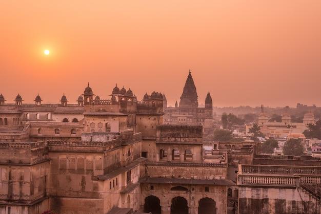 オーチャ宮殿、ヒンズー教の寺院、日没、マディヤプラデーシュ州の街並み。また、インドの有名な旅行先であるオーチャと綴られています。 Premium写真