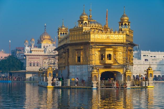 インドのパンジャブ州アムリトサルにある黄金寺院は、シーク教の宗教の中で最も神聖な象徴であり、崇拝の場所です。 Premium写真