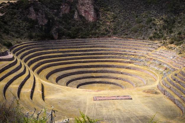 クスコ地方とペルーのセイクリッドバレーの旅行先であるモライの遺跡。 Premium写真