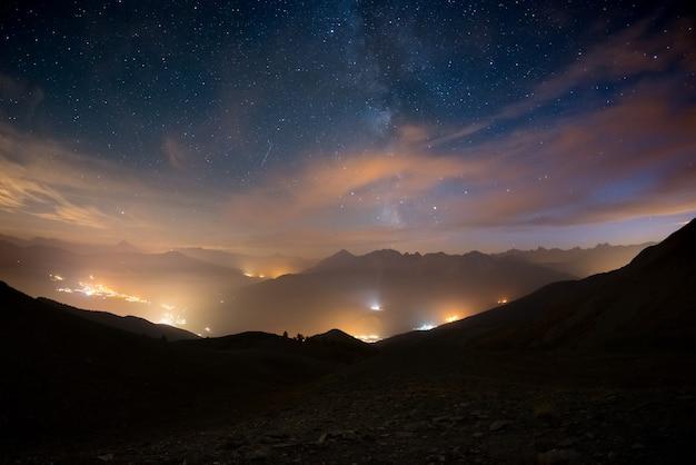 Красочный светящийся млечный путь и звездное небо над французскими альпами и величественный массив экрин. Premium Фотографии