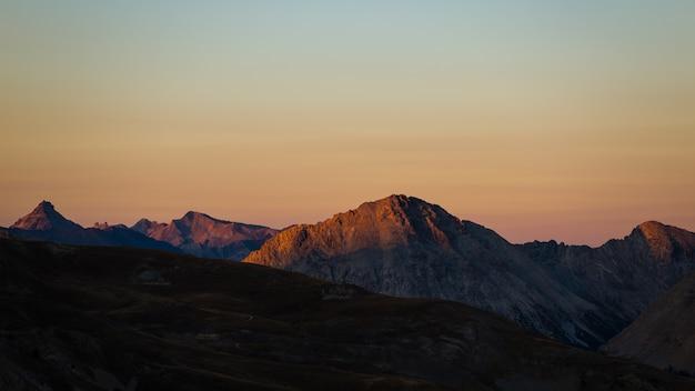 アルプスの雄大な山頂と尾根にカラフルな日光。 Premium写真