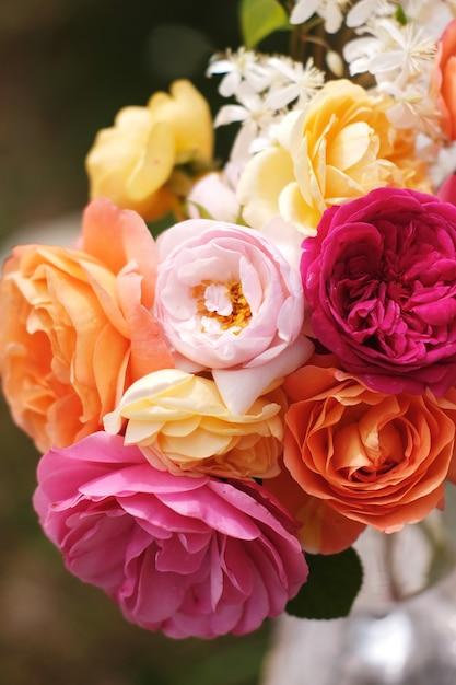 デビッドオースティンのイングリッシュローズの美しい花束。休日のヴィンテージの明るい庭の花 Premium写真