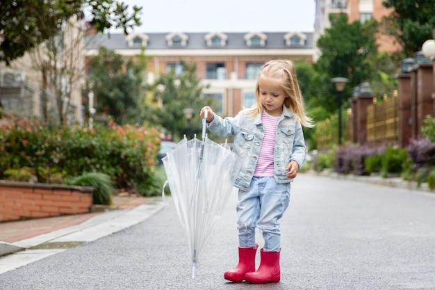 雨の中屋外で遊ぶ子供 Premium写真