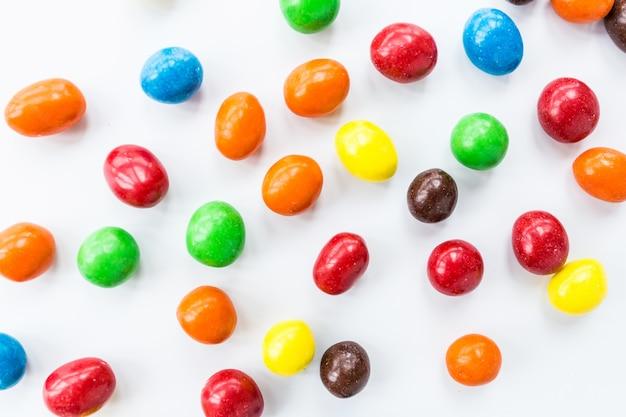 白い背景の上に横たわるカラフルなキャンディー Premium写真
