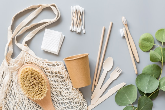 Белые экологически чистые продукты на серой бумаге Premium Фотографии