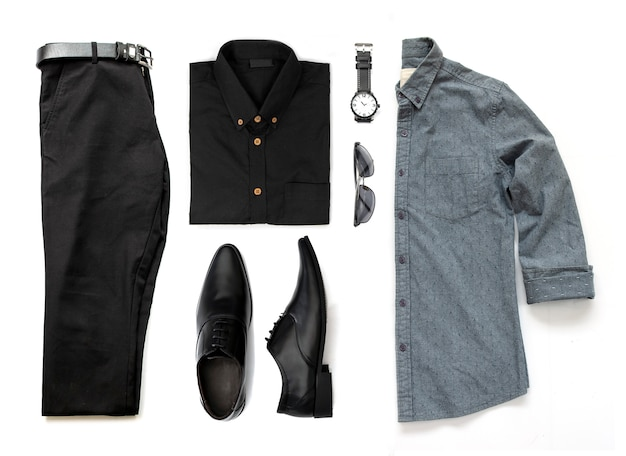 Комплект мужской одежды с черными туфлями, часами, брюками, поясом, солнцезащитными очками и офисными рубашками, изолированных на белом фоне, вид сверху Premium Фотографии