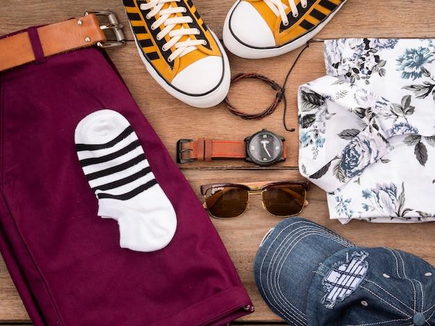 男性カジュアル服セットとアクセサリーの創造的なファッションデザイン Premium写真