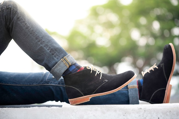 Модный мужчина носить джинсы и черные туфли Premium Фотографии