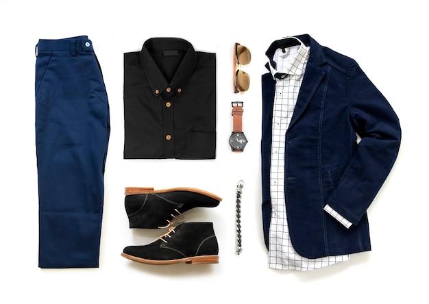 Комплект мужской одежды с оксфордскими туфлями, часами, синими брюками, солнцезащитными очками, офисной рубашкой и курткой на белом фоне, вид сверху Premium Фотографии