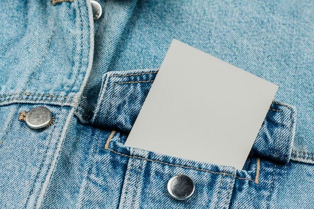 ジーンズの服にジーンズのポケットに紙のカード Premium写真