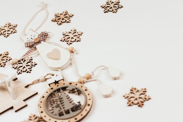 Деревянные елочные игрушки и снежинки. лазерная резка фанеры. Premium Фотографии