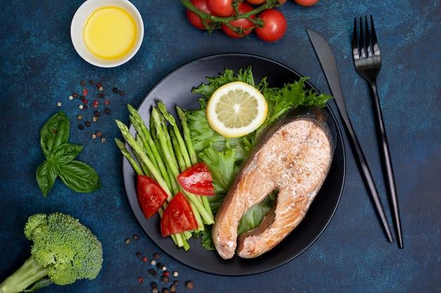 フライドサーモンと新鮮な野菜 Premium写真