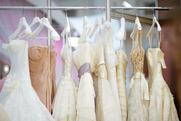 ハンガーにいくつかの美しいウェディングドレス Premium写真