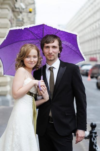 花嫁と花婿を一緒に屋外の肖像画 Premium写真