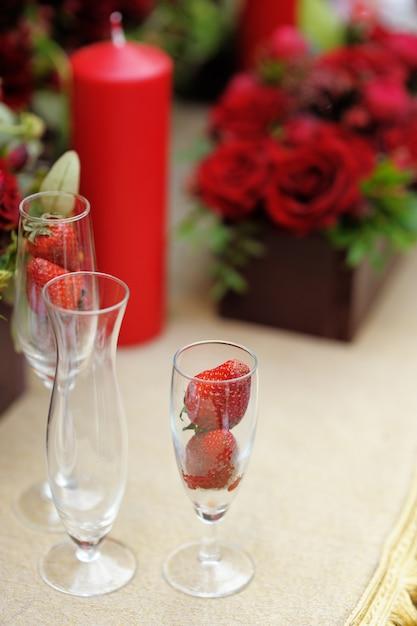 イベントパーティーや結婚披露宴用のテーブルセット Premium写真