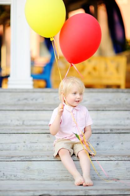 彼の誕生日に友人を祝福する準備ができている子 Premium写真