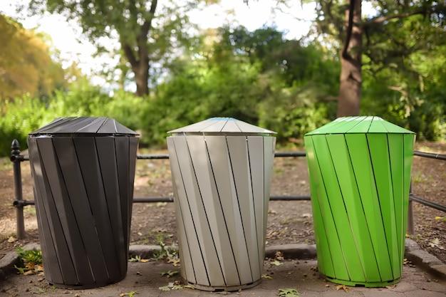 公共の公園でゴミを分別リサイクルするためのゴミ箱 Premium写真