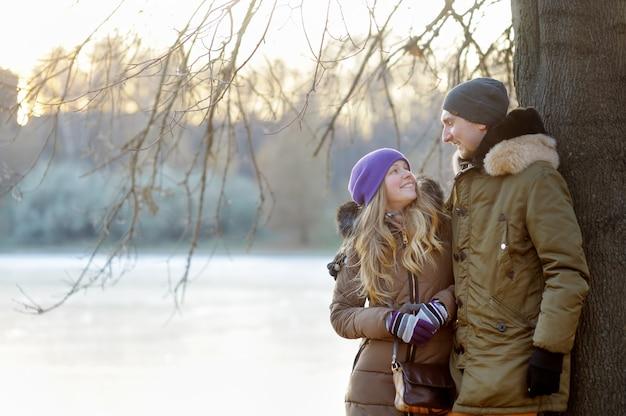 ウィンターパークで幸せな若いカップル Premium写真
