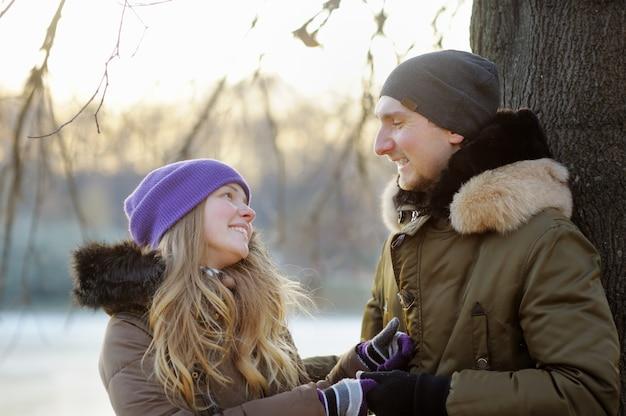 公園で幸せな若いカップル Premium写真