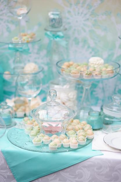 結婚式やイベントパーティーにスタイリッシュな甘いテーブル Premium写真