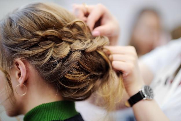 若い女性/花嫁の結婚式やパーティーの前に髪を乾かす Premium写真