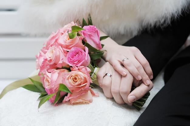 結婚指輪と新郎新婦の手 Premium写真