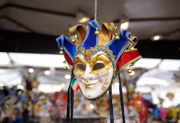 マスクは有名なヴェネツィアのカーニバルの前夜に売られました。 Premium写真