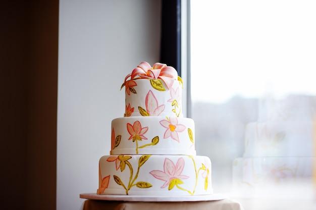 おいしいウェディングケーキをクローズアップ Premium写真