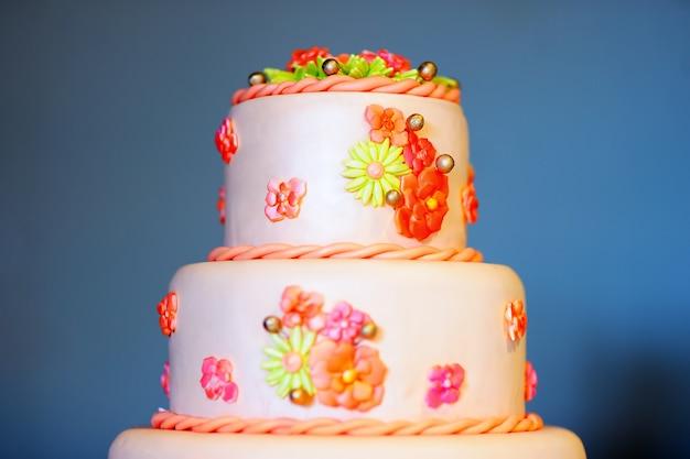 砂糖の花で飾られたおいしいウェディングケーキ Premium写真