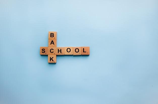 学校のコンセプトに戻るテーブルの上のスクラブル文字。 Premium写真