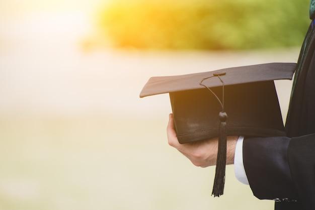 帽子をかぶって大学院を閉じます。大学における概念成功教育 Premium写真