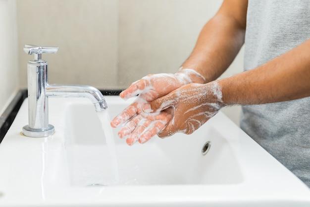 石鹸で手を洗う人。 Premium写真