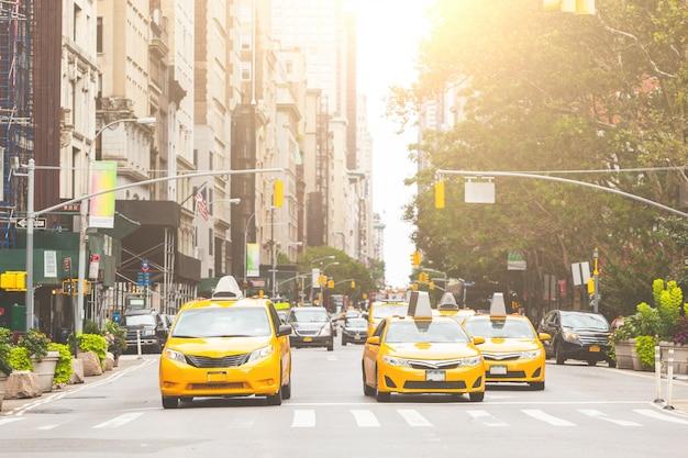 ニューヨーク市の典型的な黄色いタクシー Premium写真