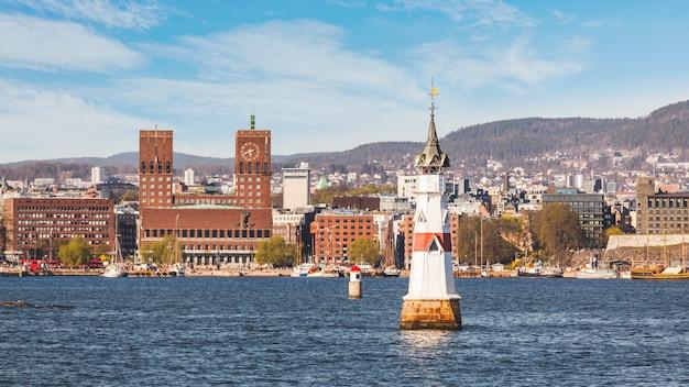 晴れた日に、ノルウェーのオスロ市庁舎。 Premium写真