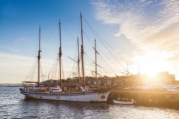 夕暮れのボートやヨットのオスロ港。 Premium写真