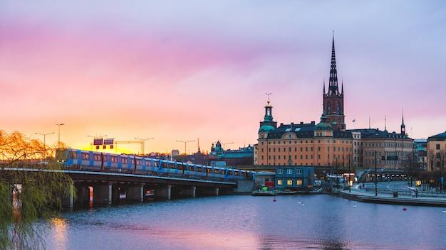 Стокгольм, старый город и метро на закате Premium Фотографии