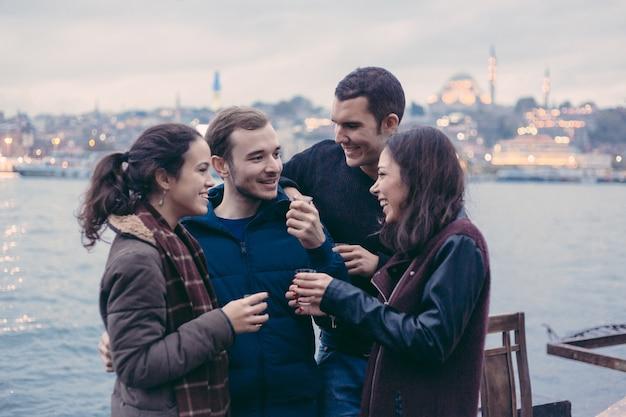 ケイ、伝統的なお茶を飲むトルコ人の友人のグループ Premium写真