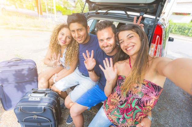 Группа друзей, делающих селфи перед отъездом в отпуск Premium Фотографии