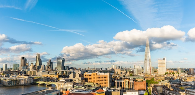 Панорамный вид с воздуха на лондонский сити Premium Фотографии