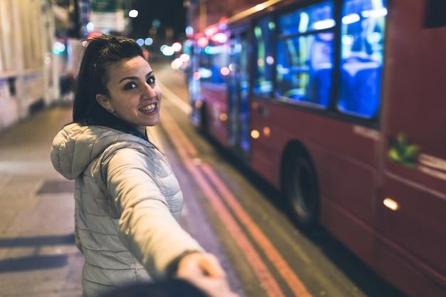 彼氏と手を繋いでいるロンドンの女性 Premium写真