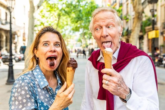 シニアカップルアイスクリームを食べるとバルセロナで楽しんで Premium写真